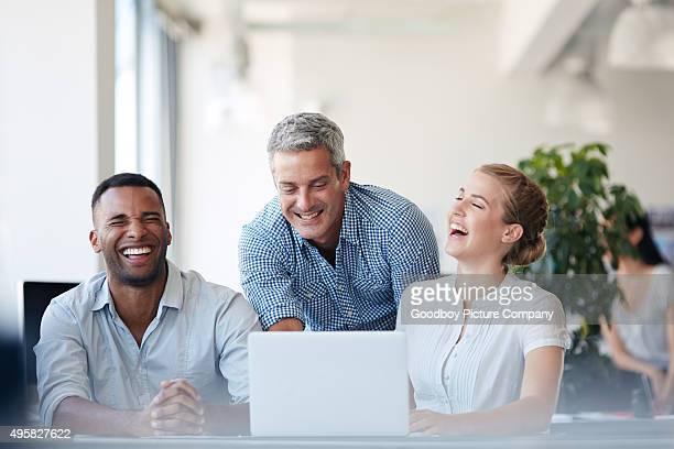Teilen einen Lachen im Büro
