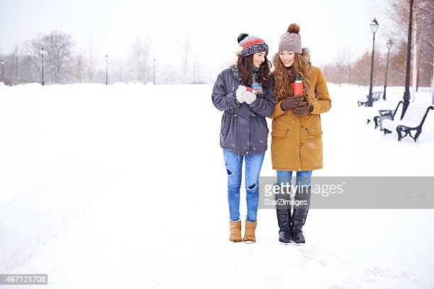 共有の温かなドリンクで、冬の一日
