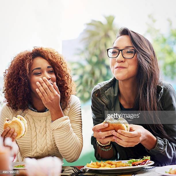 Partage de bons plats et des plaisanteries