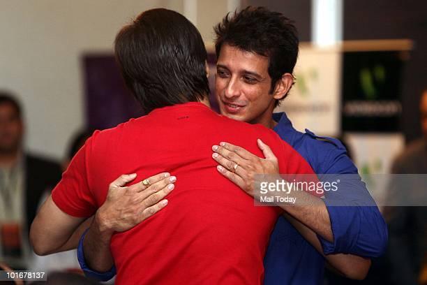 Sharman Joshi hugs Vivek Oberoi at the IIFA awards in Colombo on June 3 2010