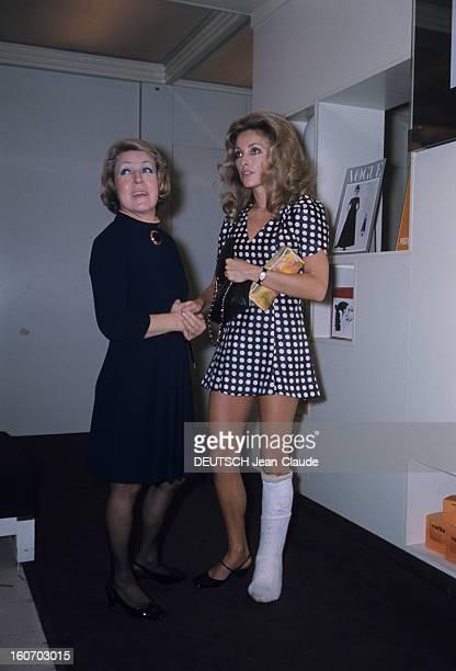 Sharon Tate In Paris Paris Octobre 1968 L'actrice Sharon TATE en robe bleue à pois blancs une jambe plâtrée devant un carton promotionnel du magazine...