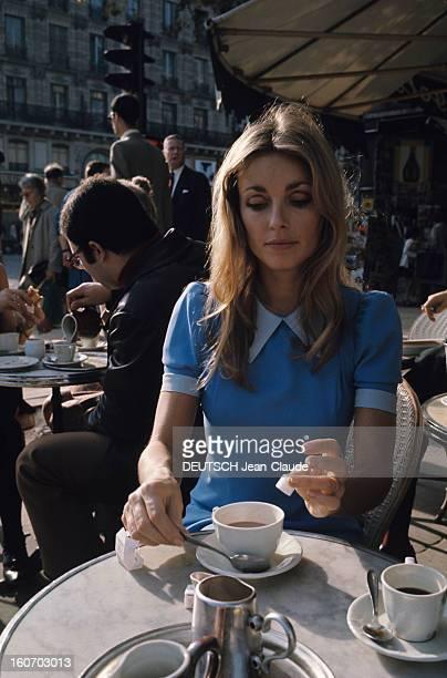 Sharon Tate In Paris Paris Octobre 1968 L'actrice Sharon TATE portant une robe bleue assise à une terrasse de café met un sucre dans sa tasse