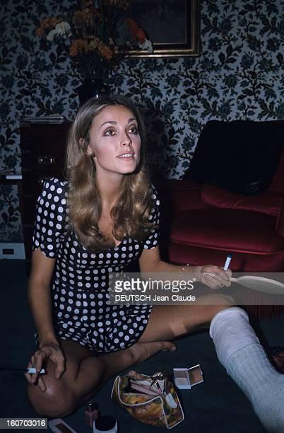 Sharon Tate In Paris Paris Octobre 1968 L'actrice Sharon TATE portant une robe bleue à pois blancs une jambe plâtrée assise par terre dans une pièce...