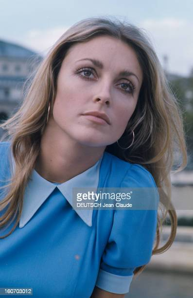 Sharon Tate In Paris Paris Octobre 1968 Portrait de l'actrice Sharon TATE portant une robe bleue