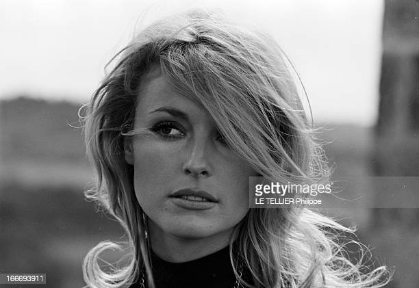 Sharon Tate On The Shooting Of 'L'Oeil Du Malin' By Jack Lee Thompson En septembre 1965 en France portrait en extérieur de face de l'actrice Sharon...