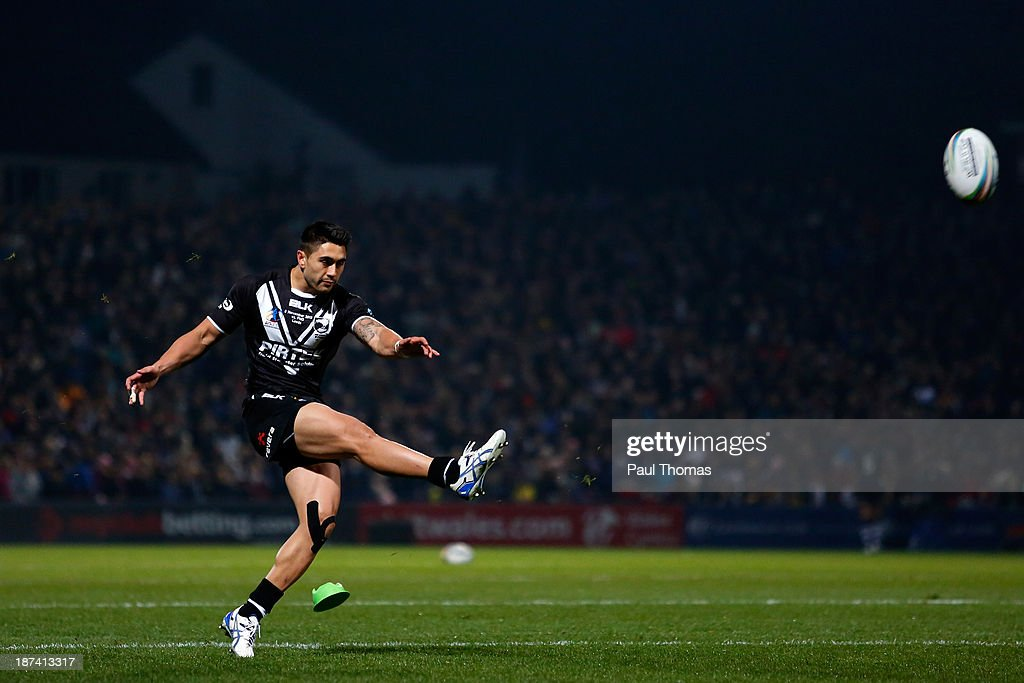 <a gi-track='captionPersonalityLinkClicked' href=/galleries/search?phrase=Shaun+Johnson+-+Rugby+Player&family=editorial&specificpeople=6382622 ng-click='$event.stopPropagation()'>Shaun Johnson</a> of New Zealand kicks at goal during the Rugby League World Cup Group B match at Headingley Stadium on November 8, 2013 in Leeds, England.