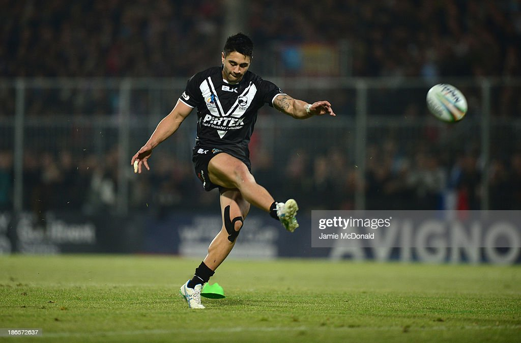 <a gi-track='captionPersonalityLinkClicked' href=/galleries/search?phrase=Shaun+Johnson+-+Rugby+Player&family=editorial&specificpeople=6382622 ng-click='$event.stopPropagation()'>Shaun Johnson</a> of New Zealand kicks for goal during the Rugby League World Cup group B match between New Zealand and France at Parc des Sports on November 1, 2013 in Avignon, France.