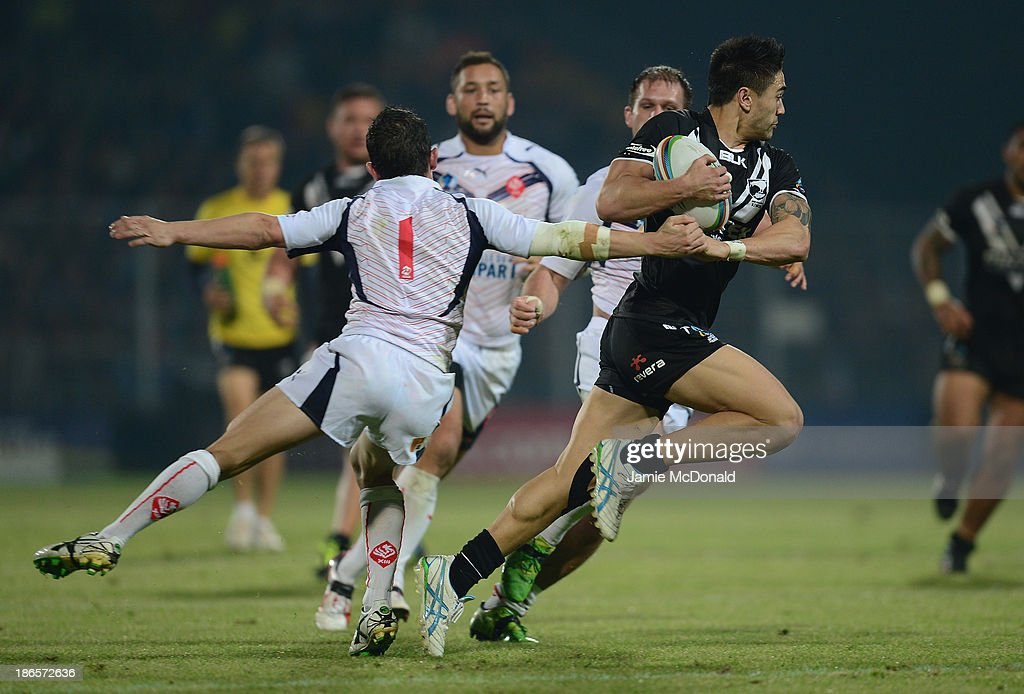 <a gi-track='captionPersonalityLinkClicked' href=/galleries/search?phrase=Shaun+Johnson+-+Rugby+Player&family=editorial&specificpeople=6382622 ng-click='$event.stopPropagation()'>Shaun Johnson</a> of New Zealand slips the tackle of Morgan Escare of France during the Rugby League World Cup group B match between New Zealand and France at Parc des Sports on November 1, 2013 in Avignon, France.