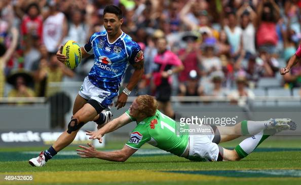 Shaun Johnson of the Warriors beats Joel Edwards of the Raiders to score a try during the match between the Warriors and the Raiders in the Auckland...