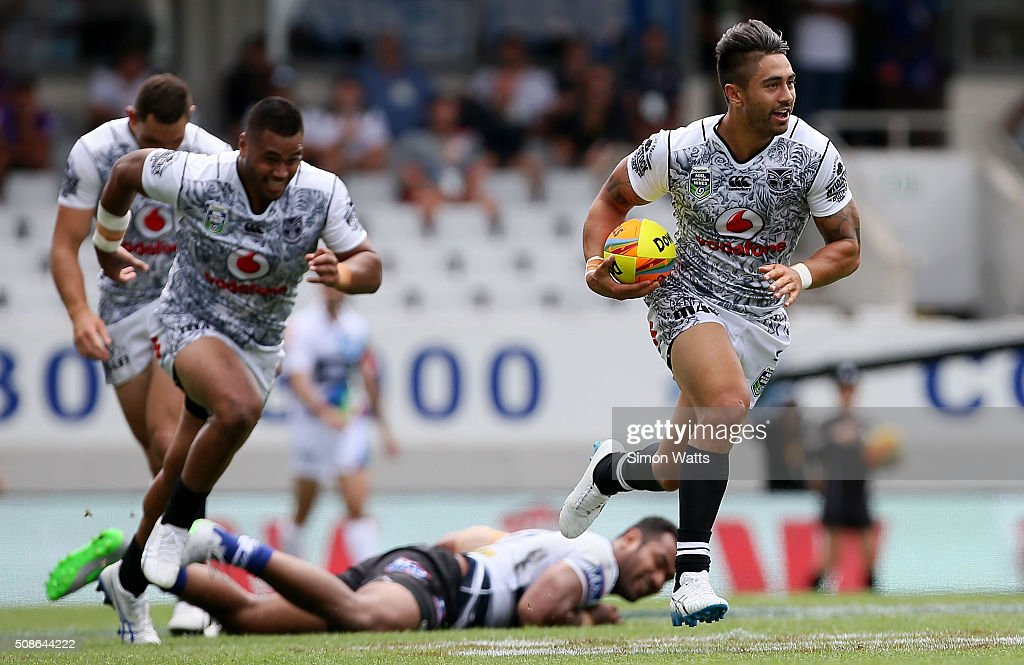 Shaun Johnson of the Warriors makes a break during the 2016 Auckland Nines match between the Warriors and the Bulldogs at Eden Park on February 6, 2016 in Auckland, New Zealand.