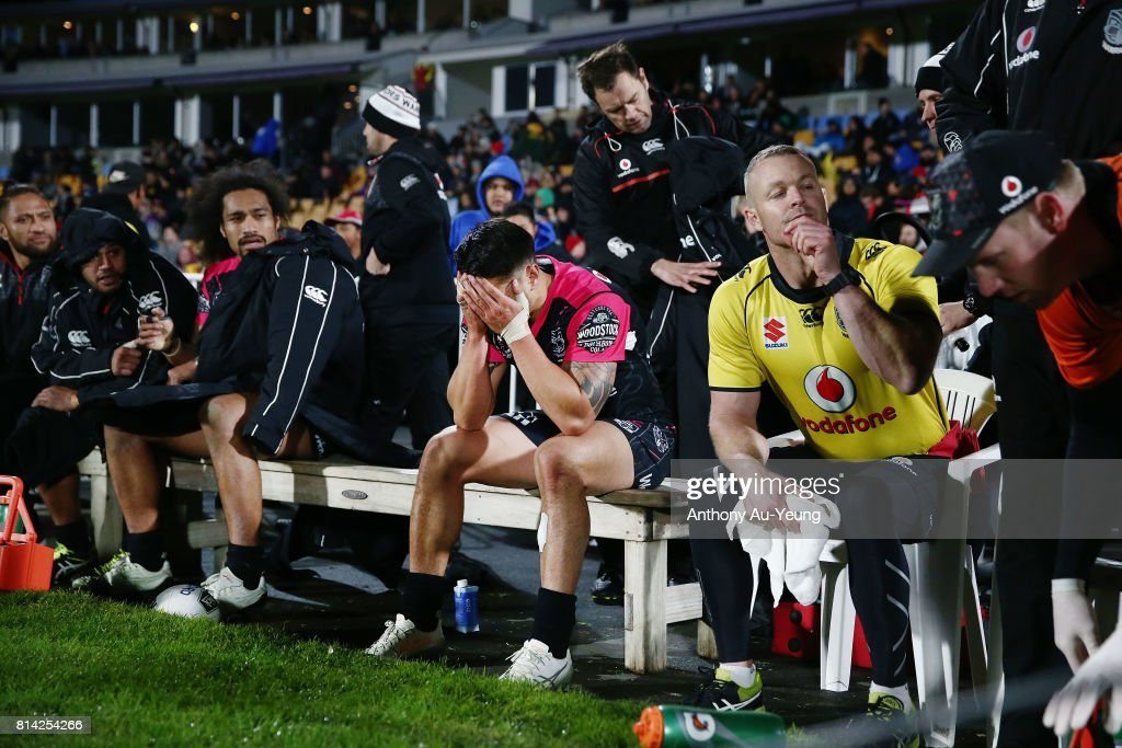Shaun Johnson of the Warriors reacts on the bench after coming off with an injury during the round 19 NRL match between the New Zealand Warriors and the Penrith Panthers at Mt Smart Stadium on July 14, 2017 in Auckland, New Zealand.