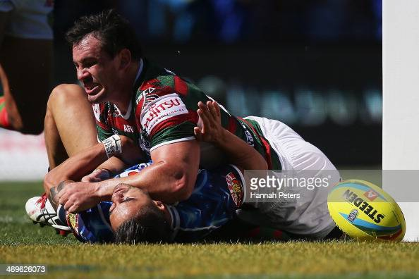 Shaun Johnson of the Warriors scores a try during the quarter final match between the South Sydney Rabbitohs and the New zealand Warriors in the...