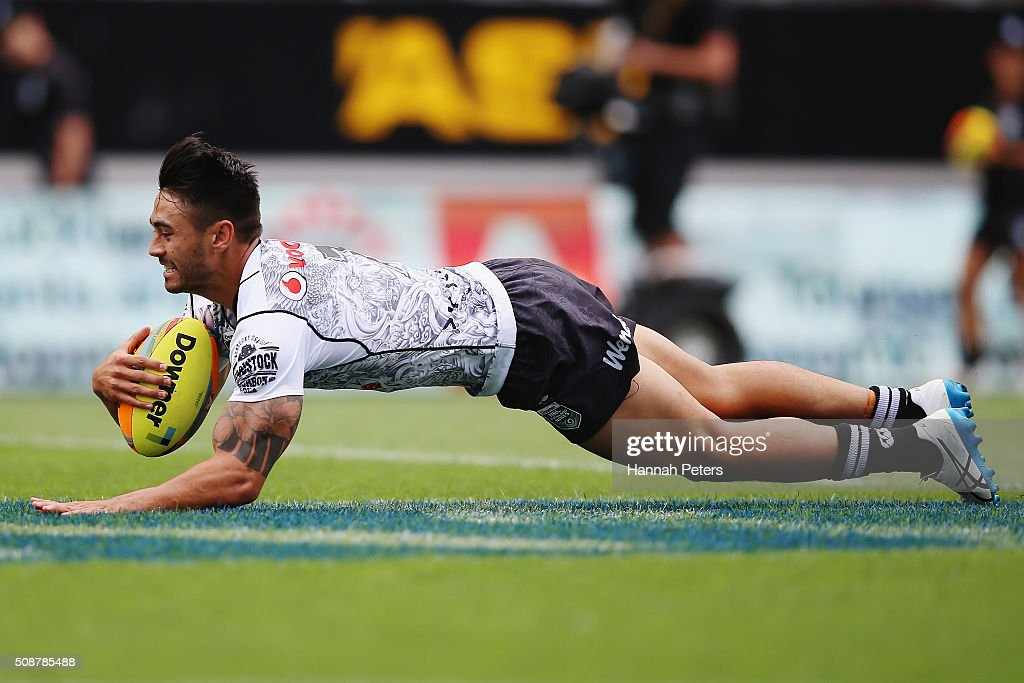 Shaun Johnson of the Warriors scores the winning try during the 2016 Auckland Nines match between the New Zealand Warriors and the Brisbane Broncos at Eden Park on February 7, 2016 in Auckland, New Zealand.