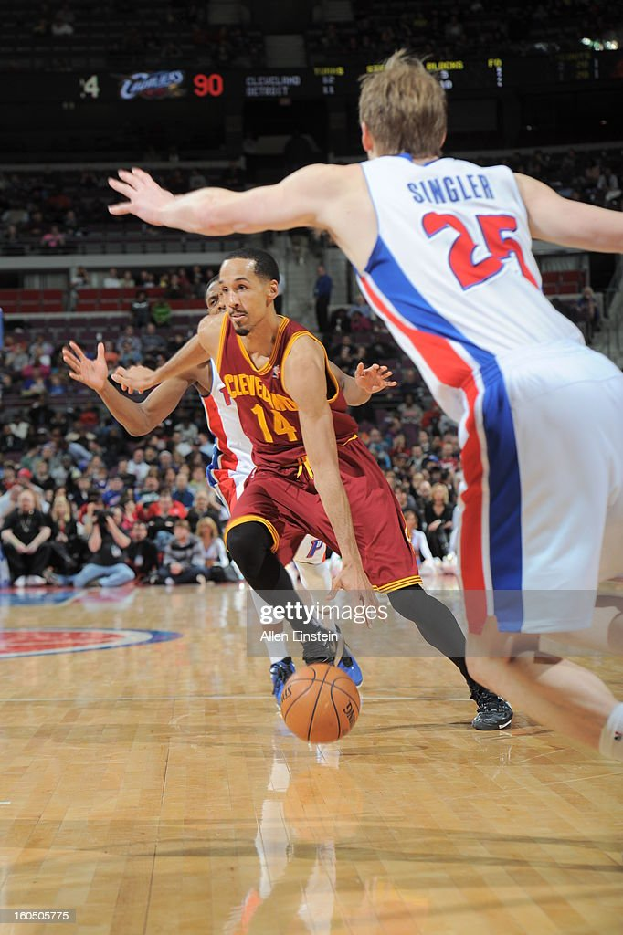 <a gi-track='captionPersonalityLinkClicked' href=/galleries/search?phrase=Shaun+Livingston&family=editorial&specificpeople=202955 ng-click='$event.stopPropagation()'>Shaun Livingston</a> #14 of the Cleveland Cavaliers drives to the basket against <a gi-track='captionPersonalityLinkClicked' href=/galleries/search?phrase=Kyle+Singler&family=editorial&specificpeople=4216029 ng-click='$event.stopPropagation()'>Kyle Singler</a> #25 of the Detroit Pistons on February 1, 2013 at The Palace of Auburn Hills in Auburn Hills, Michigan.