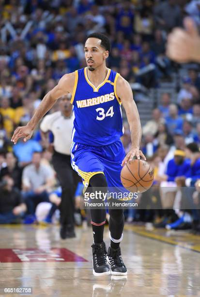 Shaun Livingston of the Golden State Warriors dribbles the ball on offense against the Washington Wizards during an NBA Basketball game at ORACLE...