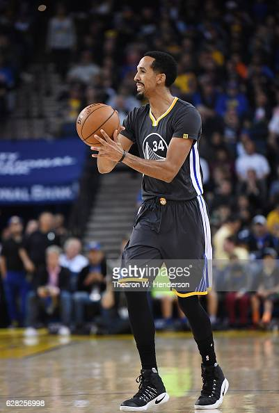 Shaun Livingston of the Golden State Warriors looks to pass the ball against the Phoenix Suns during an NBA basketball game at ORACLE Arena on...