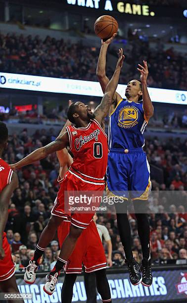 Shaun Livingston of the Golden State Warriors shoots over Aaron Brooks of the Chicago Bulls at the United Center on January 20 2016 in Chicago...