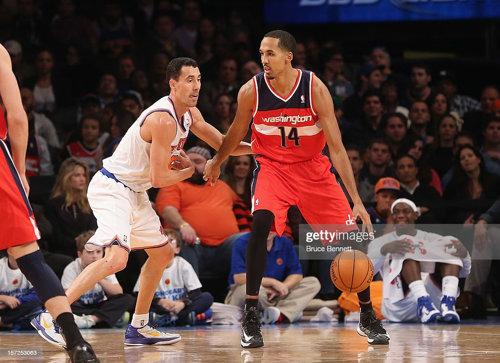 Shaun Livingston #14 of the Washington Wizards dribbles the ball against the New York Knicks at Madison Square Garden on November 30, 2012 in New York City.