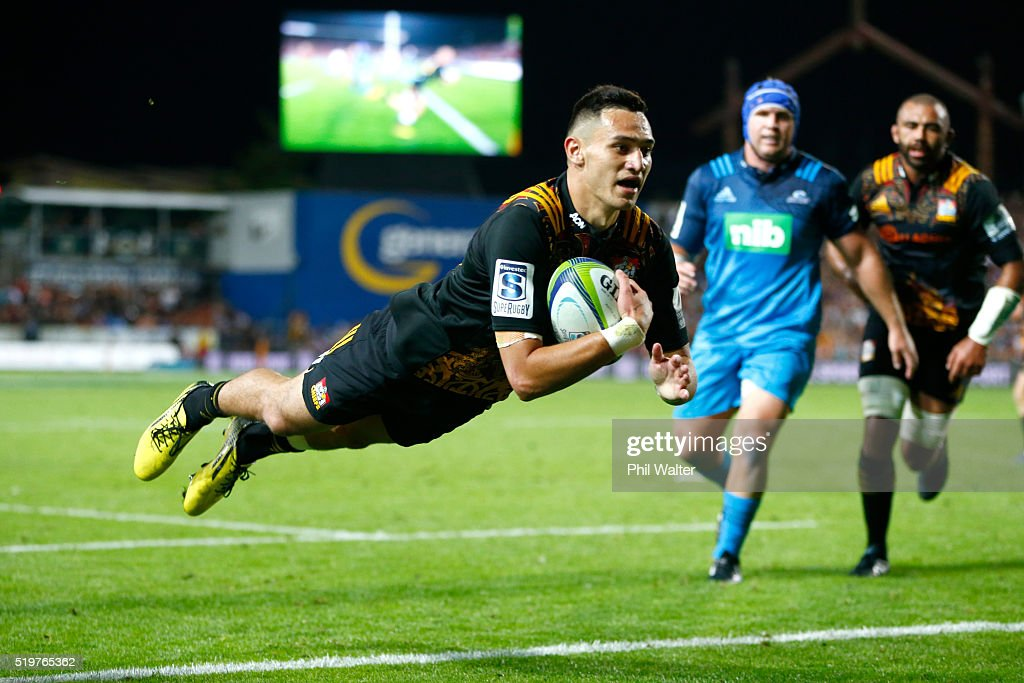 Shaun Stevenson of the Chiefs scores a try during the round seven Super Rugby match between the Chiefs and the Blues on April 8, 2016 in Hamilton, New Zealand.