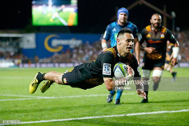 Shaun Stevenson of the Chiefs scores a try during the round seven Super Rugby match between the Chiefs and the Blues on April 8 2016 in Hamilton New...
