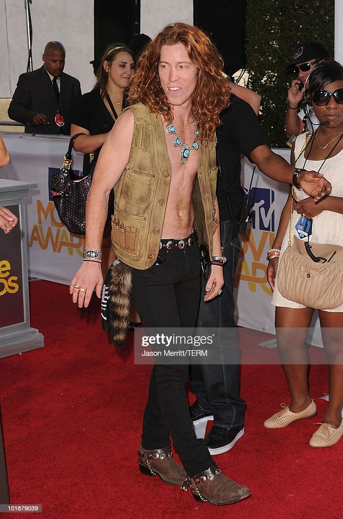Shaun White arrives at the 2010 MTV Movie Awards at Gibson Amphitheatre on June 6, 2010 in Universal City, California.