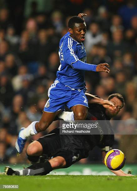 Shaun WrightPhillips of Chelsea evades Graeme Murty of Reading during the Barclays Premier League match between Chelsea and Reading at Stamford...