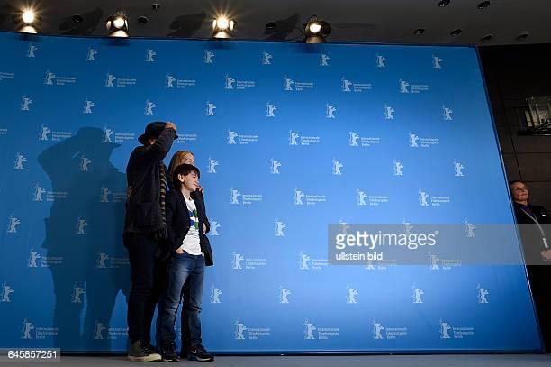 Shauspieler Sir Ian McKellen Schauspieler Milo Parker und Schauspielerin Laura Linney während des Photocalls zum Film MR HOLMES anlässlich der 65...