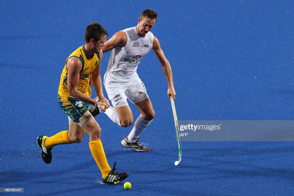 Shaw Alex of New Zealand (R) closes in on Gohdes Matt of Australia (L) during their match at the Sultan Azlan Shah Cup men's field hockey tournament in Malaysia's northern town of Ipoh in Perak state on March 16, 2013. AFP PHOTO / Andrew KS Ng