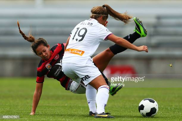 Shawna Gordon of the Wanderers competes with Shawn Billam of the Glory during the round five WLeague match between the Western Sydney Wanderers and...