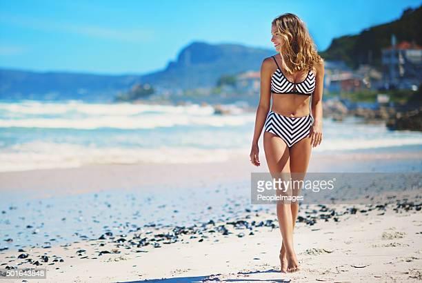 Elle aime les longues promenades sur la plage