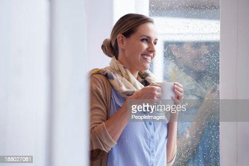 Mmm, caffè caldo in una giornata piovosa day.such beatitudine!
