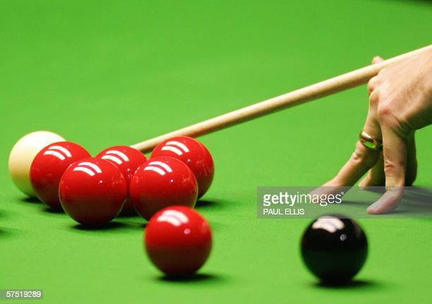 A snooker player lines up a shot at the Crucible Theatre in Sheffield in England 01 May 2006 AFP PHOTO/PAUL ELLIS