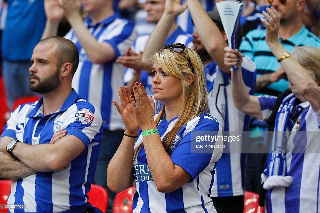 Sheffield Wednesday fans react during the English Championship play-off final football match between Hull City and Sheffield Wednesday at Wembley Stadium in London on May 28, 2016. Hull City secured promotion to the Premier League with a 1-0 victory in the Championship play-off final at Wembley against Yorkshire rivals Sheffield Wednesday. / AFP / Ian Kington / NOT