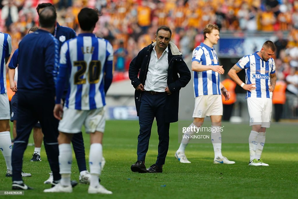 Sheffield Wednesday's Portuguese head coach Carlos Carvalhal (C) reacts with his players after Hull City won the English Championship play-off final football match between Hull City and Sheffield Wednesday at Wembley Stadium in London on May 28, 2016. Hull City secured promotion to the Premier League with a 1-0 victory in the Championship play-off final at Wembley against Yorkshire rivals Sheffield Wednesday. / AFP / Ian Kington / NOT