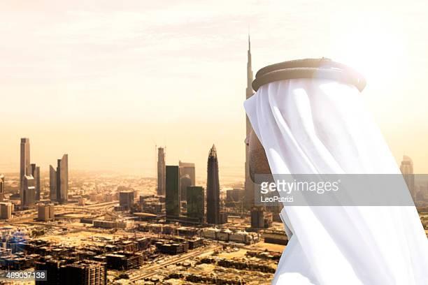 Sheikh cherchez à Dubaï les gratte-ciel du centre-ville et les immeubles de bureaux