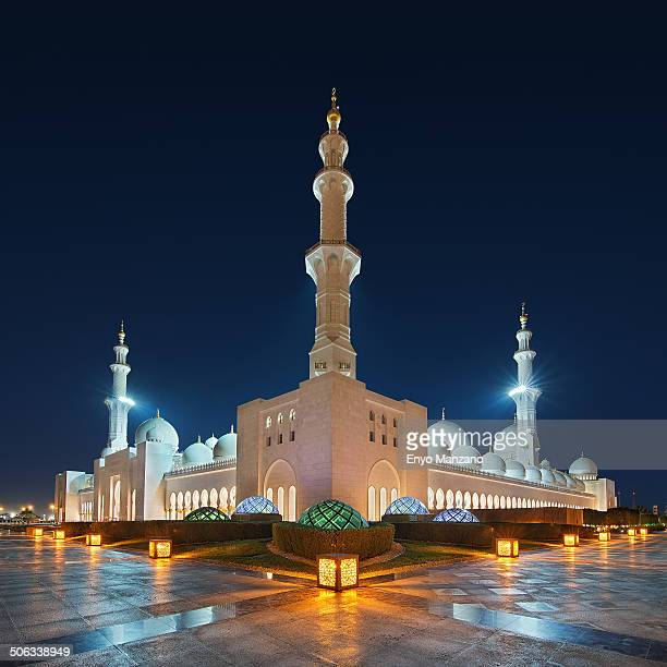 CONTENT] Sheikh Zayed Grand Mosque at night Abu Dhabi UAE