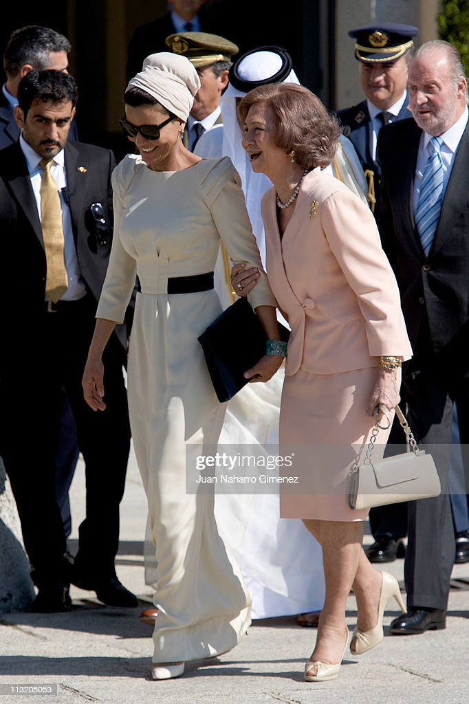 Sheikha Mozah Bint Nasser Al-Missned laughs with <a gi-track='captionPersonalityLinkClicked' href=/galleries/search?phrase=Queen+Sofia+of+Spain&family=editorial&specificpeople=160333 ng-click='$event.stopPropagation()'>Queen Sofia of Spain</a> as she loses her shoe during the farewell to the King of Spain at El Pardo Palace on April 27, 2011 in Madrid, Spain.