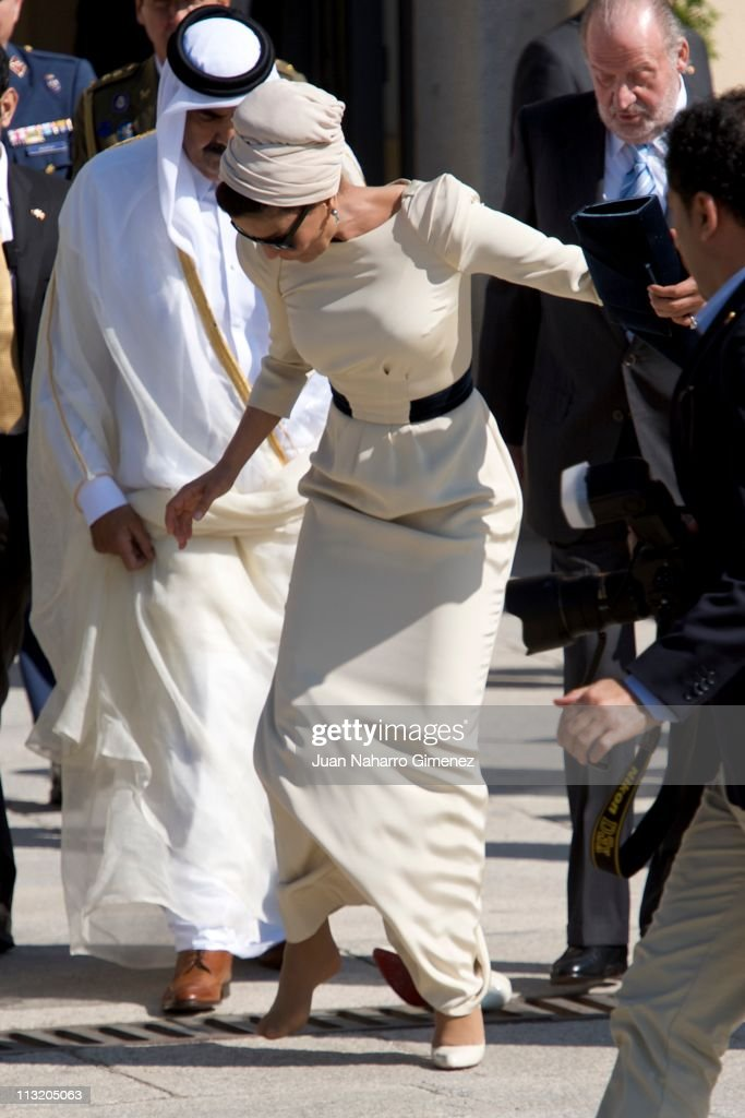 Sheikha Mozah Bint Nasser Al-Missned loses her shoe during the farewell to the King of Spain at El Pardo Palace on April 27, 2011 in Madrid, Spain.