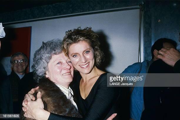 Sheila Concert At The Zenith A la fin de son premier récital au Zénith à PARIS saisie d'émotion SHEILA se jette dans les bras de sa mère Micheline...