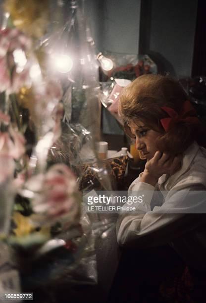 Sheila In Concert In Marseille En France à Marseille en 1963 lors d'un concert SHEILA chanteuse dans sa loge remplie de bouquet de fleurs