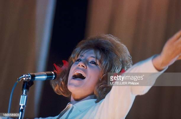 Sheila In Concert In Marseille Les premiers pas de SHEILA sur scène au Gymnase de MARSEILLE plan de troisquarts de la chanteuse avec ses célèbres...