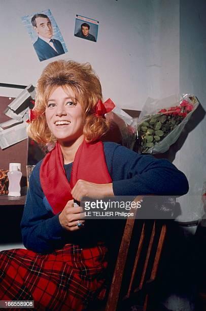 Sheila In Concert In Marseille Les premiers pas de SHEILA sur scène au Gymnase de MARSEILLE attitude souriante de la chanteuse en kilt rouge et noir...