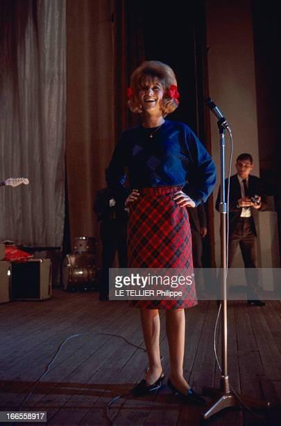 Sheila In Concert In Marseille Les premiers pas de SHEILA sur scène au Gymnase de MARSEILLE attitude souriante de la chanteuse sur scène en kilt...