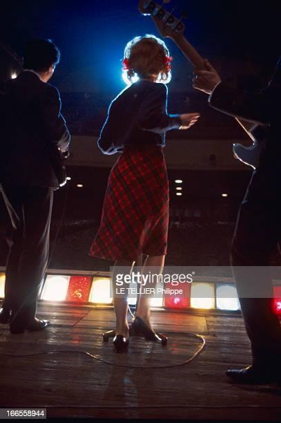 Sheila In Concert In Marseille Les premiers pas de SHEILA sur scène au Gymnase de MARSEILLE la chanteuse de dos vue des coulisses sur scène en kilt...