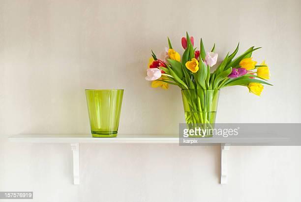 棚、ブーケのチューリップの花瓶
