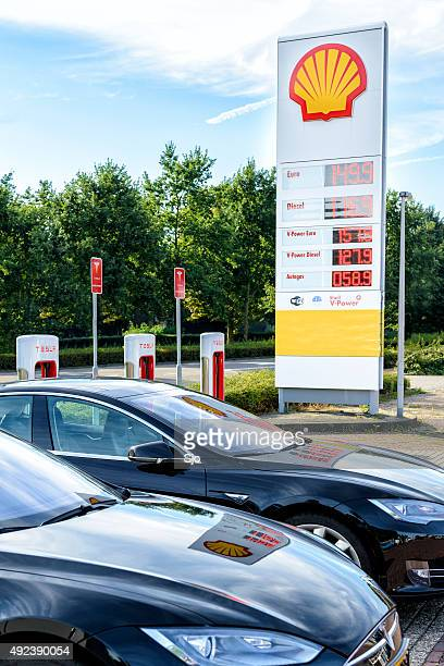 Shell-Tankstelle neben einem Tesla Ladestation supercharger