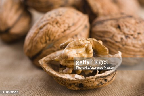 Shelling walnuts