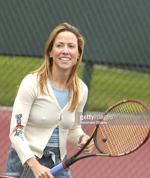 Sheryl Crow has fun on the courts before the tournament