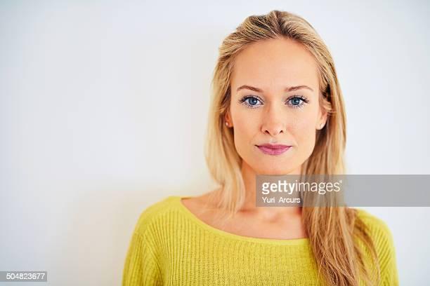 Elle est une beauté aux yeux bleus