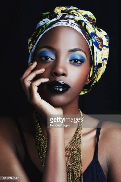 Sie ist eine wahre afrikanische Schönheit mit queen-Size-Bett